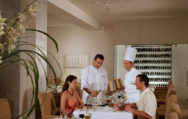Le-Blanc-Spa-Resort-guests-dining